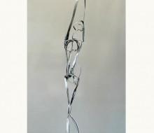 Figura humana, lineas en metal